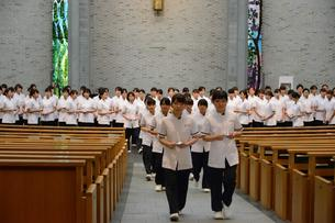 看護職への決意を胸に Sophomores leave the chapel with renewed determination